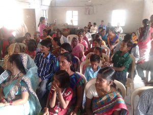 Die Informationsveranstaltungen der CRTDP-Beratungsstelle bei Nagpur stoßen auf großes Interesse, nicht nur bei Frauen. Foto: DIZ / Jona A. Dohrmann