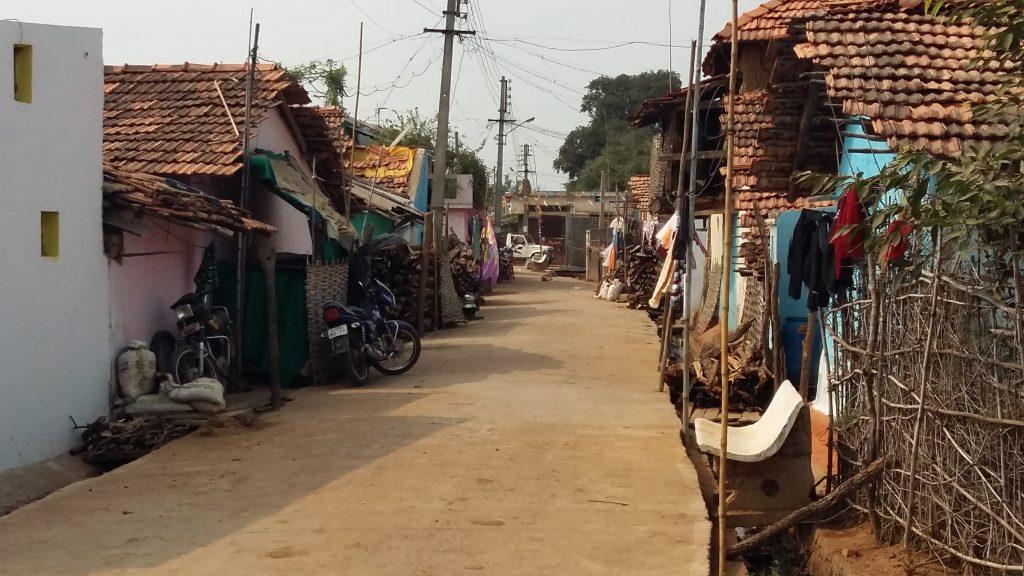 In Morholi sind bereits fast alle Straßen befestigt. Rechts neben der Straße sind die offenen Abwasserkanäle zu sehen. Mit der neuen DIZ-geförderten Abwasserentsorgung in geschlossenen Systemen wird das Dorf weitere Entwicklungsfortschritte machen. Foto: Jona A. Dohrmann
